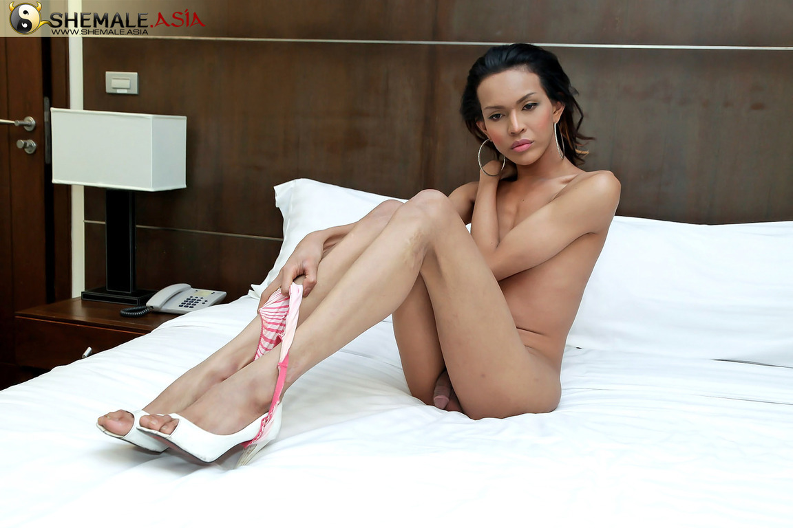 Lanky Tranny With Long Tool Seen Jerking